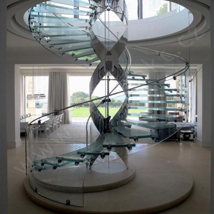 винтовая лестница из стекла с декоративным металлокаркасом