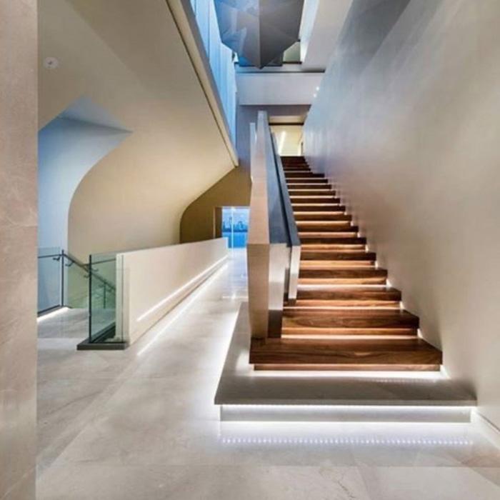 консольная лестница из дуба с подсветкой