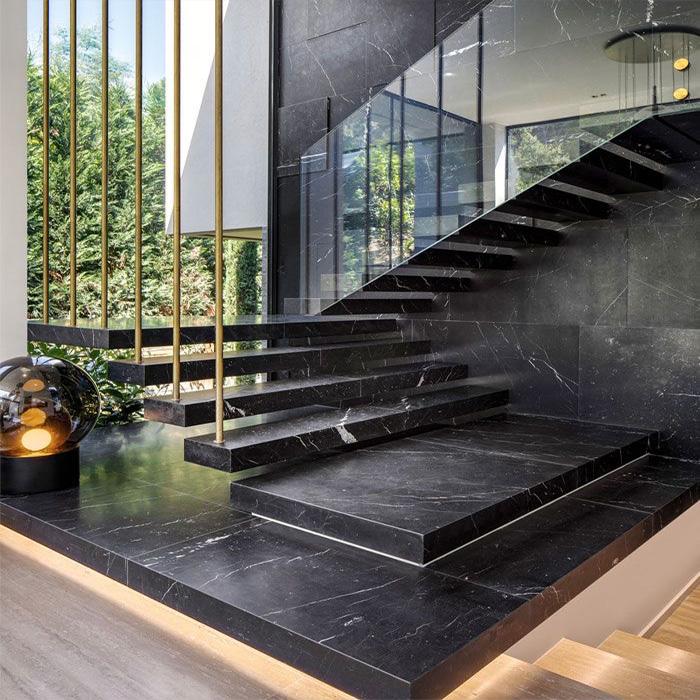 лестница консольная из камня на латунных подвесах
