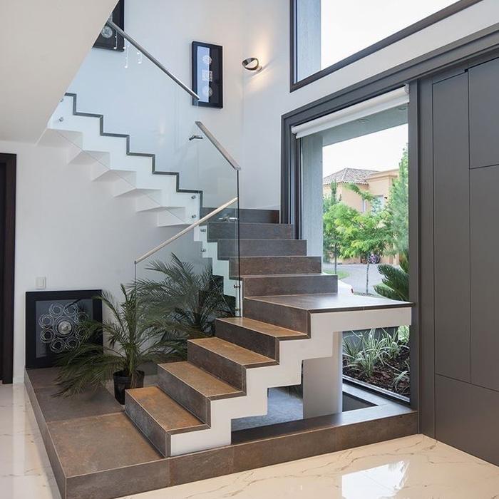 П-образная лестница из камня